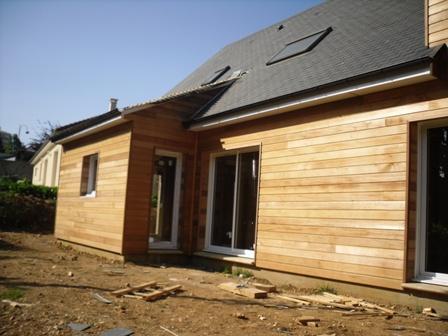 pose bardage red cedar sur ossature bois de maison en bois