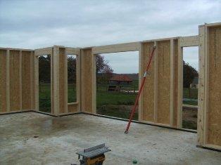 montage d`une ossature bois sur chantier de construction maison bois