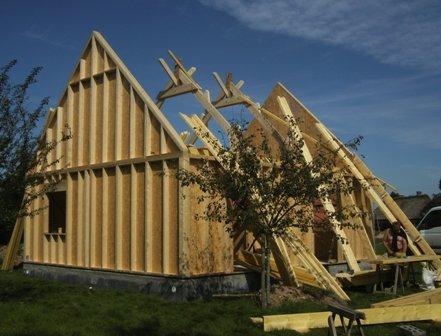 pose de la charpente sur maison en bois